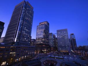 夕暮れの東京駅と丸の内駅前広場の写真素材 [FYI04790568]