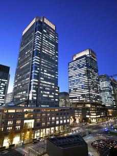 夕暮れの東京駅と丸の内駅前広場の写真素材 [FYI04790573]