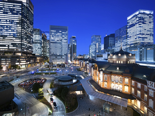 夕暮れの東京駅と丸の内駅前広場の写真素材 [FYI04790576]