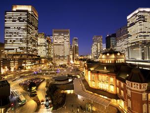 夕暮れの東京駅と丸の内駅前広場の写真素材 [FYI04790585]