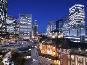 夕暮れの東京駅と丸の内駅前広場の写真素材 [FYI04790588]
