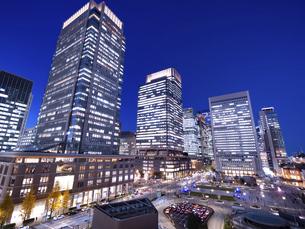 夕暮れの東京駅と丸の内駅前広場の写真素材 [FYI04790593]