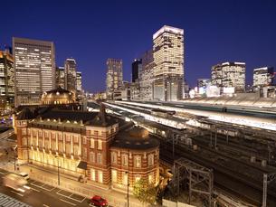 夕暮れの東京駅赤レンガ駅舎の写真素材 [FYI04790623]