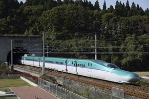 青函トンネルを出る北海道新幹線H5系の写真素材 [FYI04790754]