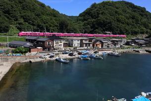 """漁港をかすめる特急""""いなほ""""の写真素材 [FYI04790757]"""