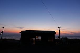 夕暮れ時の五能線驫木駅の写真素材 [FYI04790762]