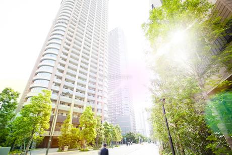 朝日に包まれる武蔵小杉の高層マンション群の写真素材 [FYI04790915]