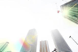 朝日に包まれる武蔵小杉の高層マンション群の写真素材 [FYI04790918]