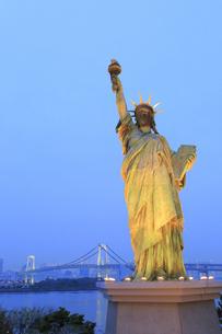 自由の女神とレインボーブリッジの夕景の写真素材 [FYI04790991]