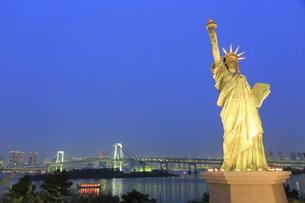 自由の女神とレインボーブリッジの夕景の写真素材 [FYI04790993]