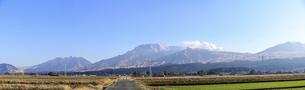阿蘇山 美しい雪景色 阿蘇五岳(根子岳・高岳・中岳・烏帽子岳・杵島岳)2021年冬(パノラマ撮影)の写真素材 [FYI04791007]
