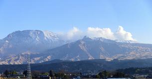 阿蘇山 美しい雪景色 阿蘇五岳(根子岳・高岳・中岳・烏帽子岳・杵島岳)2021年冬(パノラマ撮影)の写真素材 [FYI04791010]