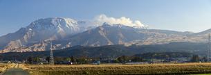 阿蘇山 美しい雪景色 阿蘇五岳(根子岳・高岳・中岳・烏帽子岳・杵島岳)2021年冬(パノラマ撮影)の写真素材 [FYI04791016]