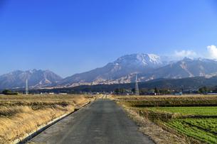 阿蘇山 美しい雪景色 阿蘇五岳(根子岳・高岳・中岳・烏帽子岳・杵島岳)2021年冬の写真素材 [FYI04791018]