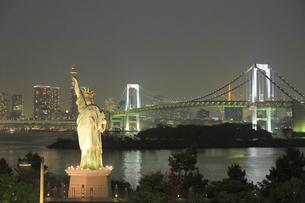 自由の女神とレインボーブリッジの夜景の写真素材 [FYI04791029]