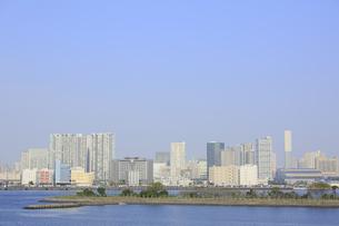 芝浦ビル群と品川埠頭コンテナヤードの写真素材 [FYI04791037]