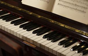 ピアノと楽譜の写真素材 [FYI04791104]