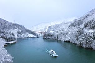 冬の北陸 庄川峡の雪景色と遊覧船の写真素材 [FYI04791129]
