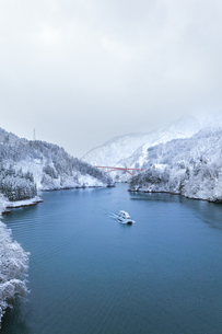 冬の北陸 庄川峡の雪景色と遊覧船の写真素材 [FYI04791130]