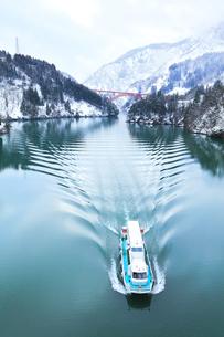冬の北陸 庄川峡の雪景色と遊覧船の写真素材 [FYI04791131]