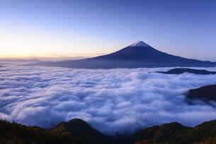 山梨県 大雲海に浮かぶ富士山の写真素材 [FYI04791199]