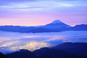 山梨県 夜明けの富士山の写真素材 [FYI04791201]