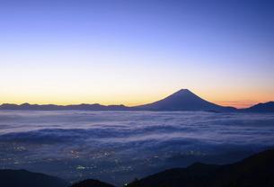 山梨県 甘利山より夜明けの富士山の写真素材 [FYI04791202]