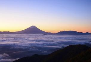 山梨県 甘利山より夜明けの富士山の写真素材 [FYI04791204]