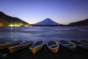 山梨県 精進湖湖畔のボートと富士山の写真素材 [FYI04791209]