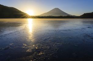 山梨県 凍る精進湖より夜明けの富士山の写真素材 [FYI04791212]