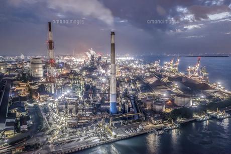 日本製鉄の工場夜景を空撮の写真素材 [FYI04791277]