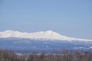 春の晴れた日の雪山と青空 大雪山の写真素材 [FYI04791862]