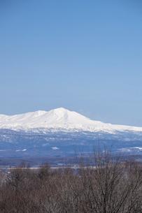 春の晴れた日の雪山と青空 大雪山の写真素材 [FYI04791863]
