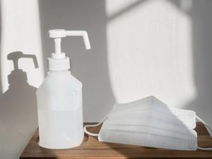 衛生用品の消毒スプレーとマスク。新型コロナウイルス・COVID-19対策。の写真素材 [FYI04791991]