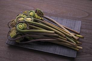 春の山菜 ぜんまいの写真素材 [FYI04792044]