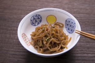 糸こんにゃくの山椒炒り煮の写真素材 [FYI04792072]