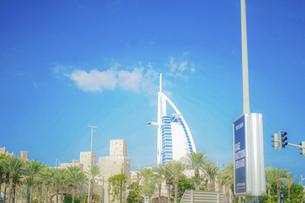 ブルジュ・アル・アラブと街並み(UAE・ドバイ)の写真素材 [FYI04792108]