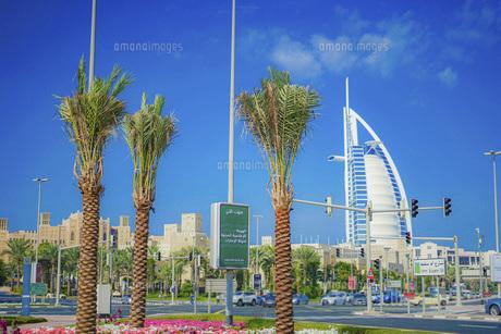 ブルジュ・アル・アラブと街並み(UAE・ドバイ)の写真素材 [FYI04792110]