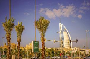 ブルジュ・アル・アラブと街並み(UAE・ドバイ)の写真素材 [FYI04792111]