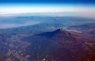快晴の富士宮市上空から雪の少ない富士山を見下ろす(2020年9月28日の初冠雪から1か月後) の写真素材 [FYI04792598]