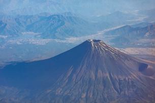 快晴の富士宮市上空から雪の少ない富士山を見下ろす(2020年9月28日の初冠雪から1か月後) の写真素材 [FYI04792599]