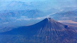 快晴の富士宮市上空から雪の少ない富士山を見下ろす(2020年9月28日の初冠雪から1か月後) の写真素材 [FYI04792600]