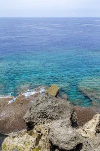 万座毛石灰岩と眼下の美ら海の写真素材 [FYI04792696]