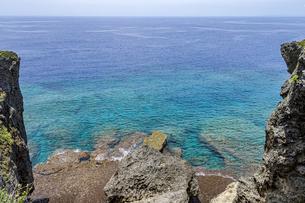 万座毛石灰岩と眼下の美ら海の写真素材 [FYI04792697]