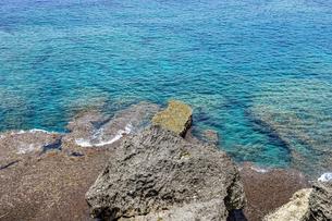 万座毛石灰岩と眼下の美ら海の写真素材 [FYI04792698]