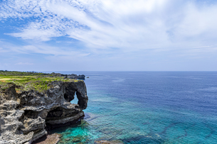 エメラルドグリーンの美ら海に立つ奇岩万座毛の写真素材 [FYI04792707]
