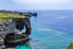 エメラルドグリーンの美ら海に立つ奇岩万座毛の写真素材 [FYI04792713]