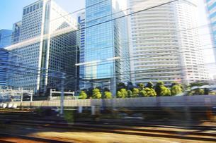 流れる街の景色 電車よりの写真素材 [FYI04792721]