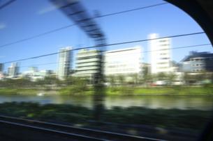 電車より 流れる街の景色の写真素材 [FYI04792729]