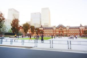 走行撮影 東京駅前の写真素材 [FYI04792734]